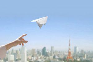 紙飛行機飛び立つ画像